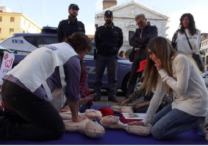 (In piazza per VIVA! 2016 con la collaborazione dei soggetti della Polizia di Stato istruiti all'uso del Defibrillatore)